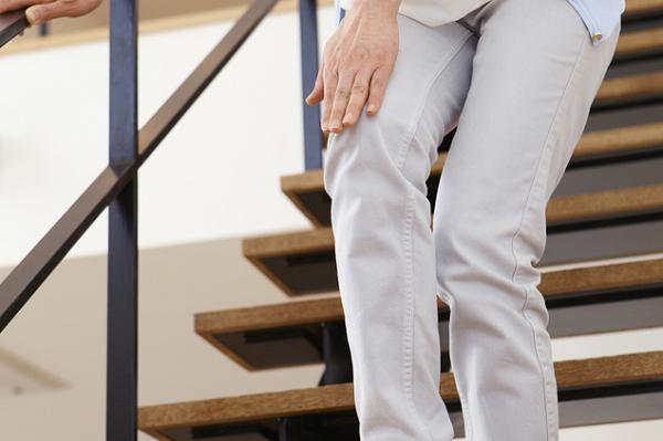 膝が痛くて階段が上れない
